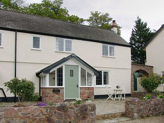 PIPKIN COTTAGE, friendly cottage with wood burning stove. Walking, cycling and r
