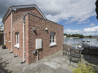 THE APPLE HOUSE, sweet little harbourside house with excellent sea and estuary v