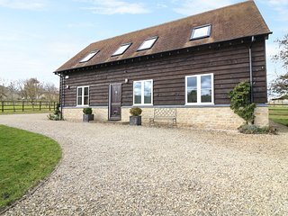 THE OLD STABLES, open-plan, countryside views, 15 acres of grounds, Ref 974313