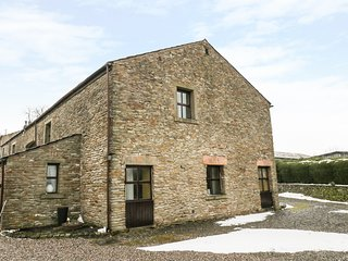 1 THE BARN, barn conversion, en-suites, valley views, Ref 973596