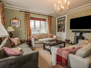 HOLLENS FARMHOUSE, en-suites, stunning views, spacious, near Grasmere