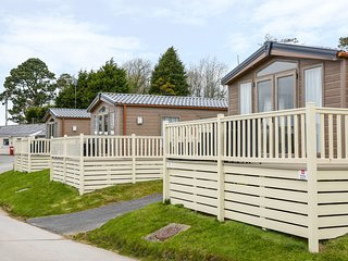 HOLIDAY HOME 3, single-storey lodge on holiday park, open plan living, parking,