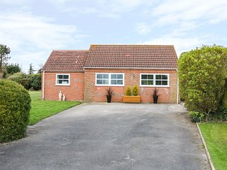 LITTLE LONDON NORFOLK, detached bungalow, king-size bed, enclosed garden, in Sou
