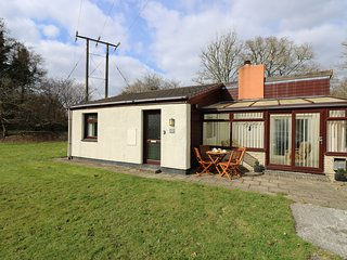 TREVELLARD BELLE, chalet, woodburner, on-site outdoor swimming pool and tennis,