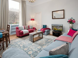 LOCATION LOCATION!! Stunning Georgian flat, Sleeps 2-6. Perfect City Pad ...