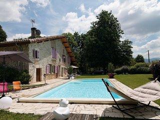 Logement calme dans vieille bâtisse avec piscine.