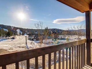Ski condo near Pico Mountain w/ slope views, access to a shared pool!