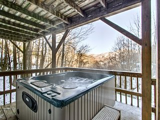 Cozy Maggie Valley Home w/Hot Tub & Mtn View Deck!