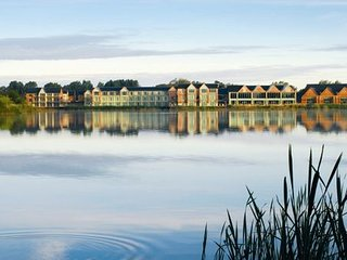 Lovely lakeside apartment in the Cotswold Water Park - Access to spa, pool, gym