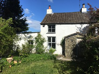 BLUEBELL WOOD COTTAGE, pet friendly, exposed beams, rural views, near Cartmel