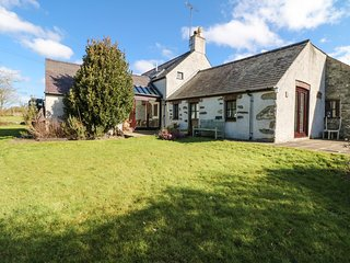 TY GWENNOL, exposed wooden beams, pet-friendly, countryside views, Ref 977198