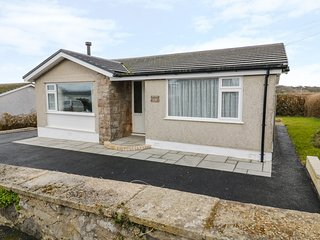 RHOS COTTAGE, Smart TV, sea views, conservatory, Ref 973870