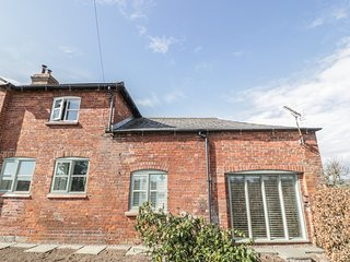 ROSE BANK COTTAGE, exposed beams, WiFi, countryside views, Ref 916910