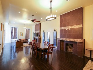 Luxury 4BR condo in Downtown by Hosteeva