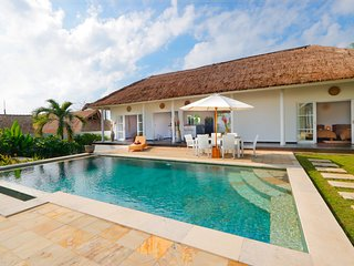 3BR Villa with Private Pool and Large Garden 5 min from white sand beach