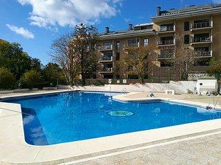 Apartamento de diseño con piscina y parking. A/C