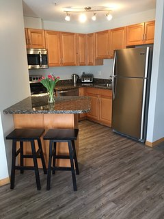 Modern and fully equipped kitchen with seating for 4 people around the kitchen island