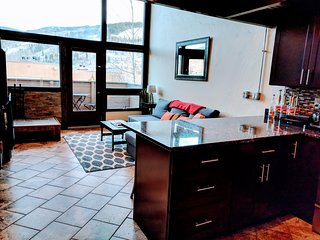 Vail Slope-View Modern Loft: Easy Access to Vail Village, On Free Bus Line