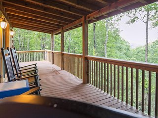 Secluded & upgraded cottage w/ game room, wraparound deck, & private hot tub