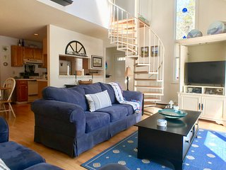 Townhouse  with solid flooring, 2 BR (sleeping 6), 2 bathoom, 2 A/C's  with pool