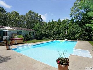 Your family Hampton home w Pool & Jacuzzi walk to beach
