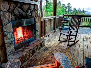 Cabin w/ private hot tub, outdoor fireplace, game room, paved road - dogs OK!