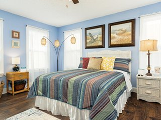 NEW LISTING! Charming, dog-friendly studio-steps from Seawall, walk to dining