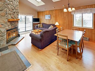 Cozy 3BR w/ Private Balcony, Grill, heated Pool, Hot Tub & Gym