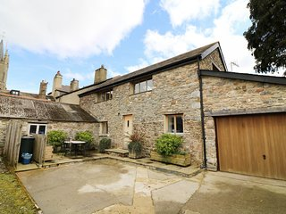 OLD ARMOURY BARN, barn conversion, beams, en-suite, open-plan, Ref 980894