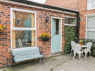 COTTAGE 1, open-plan, en-suite, shop and pub short walk, Ref 979457