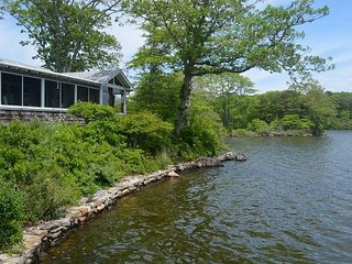 Lakefront Summer Cottage, 30s Lodge. Orig Wood Interior, Stunning View, Quiet