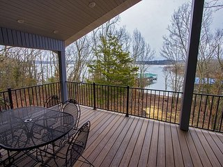 Happy Hideaway - 4 bedroom Private Lakeside Home with Tons of Space!
