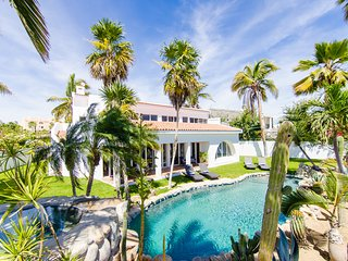 Amazing 6,000 sqft house, sleeps 10, walk to Beach, Shops and Restaurants