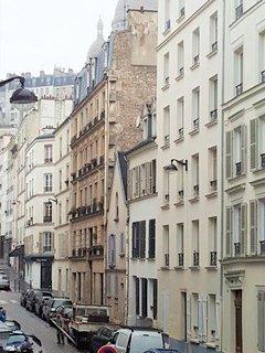 La rue Muller en face de l'immeuble qui monte à la Basilique Saint Pierre