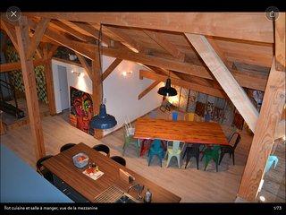 Grange renovee avec grande terrasse bois et bassin