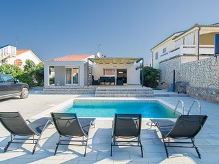 New****Villa with pool just 70 meters from the beach