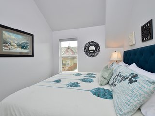'Carriage House Cutie!' KING BED -Steps From Lake & Park