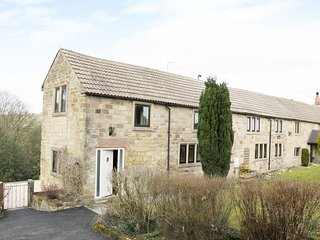 WOODLANDS FARM, exposed stone and beams, countryside views, Smart TV, Ref 957712