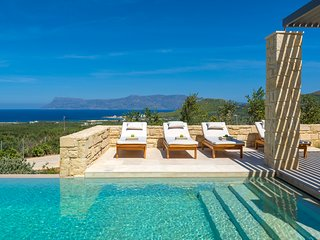 Dreaming & luxurious villa on a hillside with private pool and stunning views