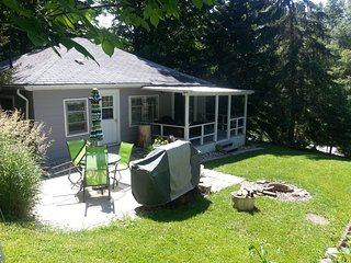 Pam's 2 bedroom Cottage in Port Albert, Ontario.  4-6 minute walk to the beach.