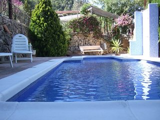Casa con piscina, jardin y parkin. Entorno natural