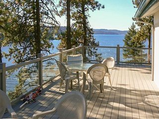 Dog-friendly lakefront cottage with dock access and room for everyone!