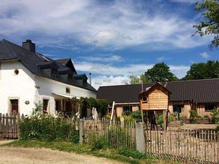Unser historischer Hof mit Anbau von der Strasse her gesehen