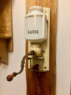 Die Kaffemühle der Oma - voll funktionsfähig. Für Kaffee-Fans ein Muss!