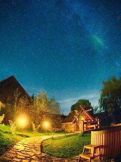 Sternenhimmel über dem Wellnessgarten mit Sauna, Badezuber und Tauchbecken ...