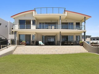 Lennox on the Beach, Unit 1 Absolute Beach Front, WIFI, Ground Floor.