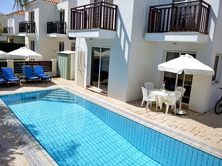 Mickey1, Luxury 3 Bed Villa, FREE CAR, overflow private swimming pool, wifi