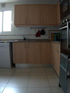 Köket är rymligt och helt nyrenoverat. Här finns ugn i bra arbetshöjd, tvåttmaskin, diskmaskin mm