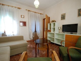 2 bedroom Apartment with Air Con, WiFi and Walk to Shops - 5697225
