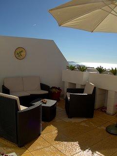 Den 50 kvm stora terrassen har både bergsutsikt och havsutsikt.nDessutom söderläge.